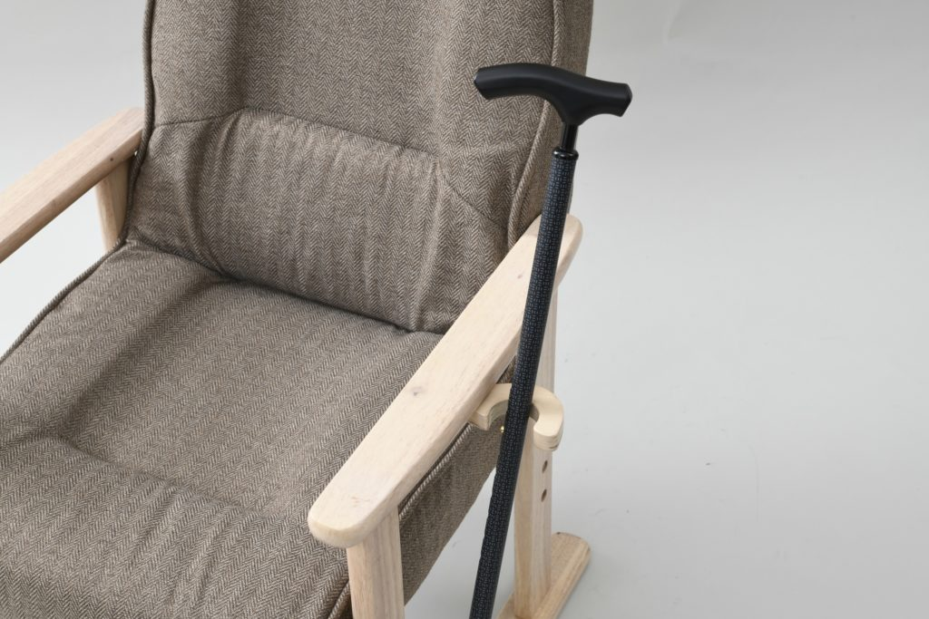 山善「レバー式立ち上がり楽々高座椅子 NWTZ-55TL(LBR/NA)」の杖置き画像